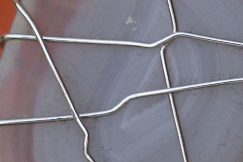 dettaglio di amuleto con agata grigia