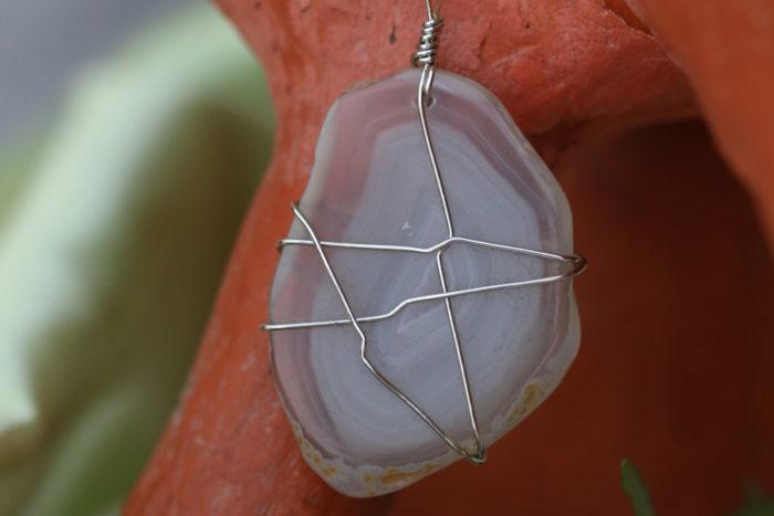 amuleto con agata grigia